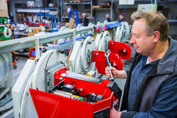 """Giersch ist ein Pionier im Brenner-Sektor und hat bereits 1951 angefangen, Brenner in Deutschland zu verkaufen. Kommendes Jahr feiert man denn auch das 70. Firmenjubiläum. Im Bild: Fertigung der Gas-Gebläsebrenner, Baureihe """"MG"""" (95 kW bis 2,8 MW)."""