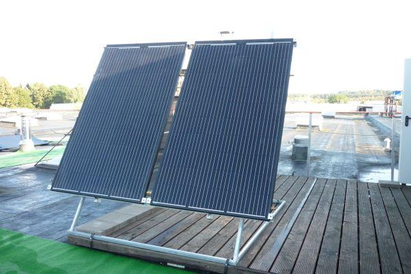 Beim PVT-Modul handelt es sich um einen hybriden: an der Rückseite, also der sonnenabgewandten Seite, eines herkömmlichen PV-Moduls ist ein Wärmeübertrager montiert. Dieser Wärmeübertrager ist jedoch keine klassische Solarthermieanlage. Es handelt sich vielmehr um einen Luftabsorber.