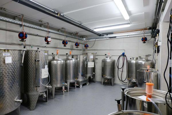 Unauffällig und effizient: die Sanha-Wandheizungsmodule wurden im Produktionsbereich an der Decke installiert...