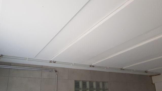 Eine weiße Decke mit Wandheizungs-Modulen.