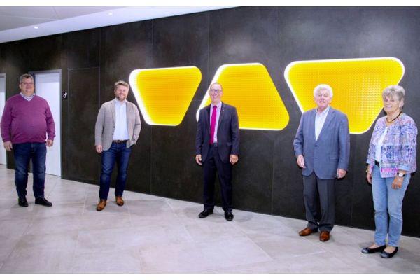 Die Schlüter-Geschäftsführung bedankte sich bei Rainer Reichelt für die erfolgreiche Zusammenarbeit während der letzten 20 Jahre (v.l.n.r.): Udo Schlüter, Marc Schlüter, Rainer Reichelt, Werner Schlüter und Bärbel Schlüter.