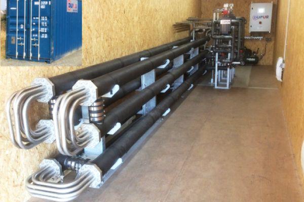 Abwasserwärmeübertrager als Rohr-in-Rohr-System: Das Abwasser zirkuliert dabei durch die Innenrohre. Die Anlage ist in einem Container untergebracht.