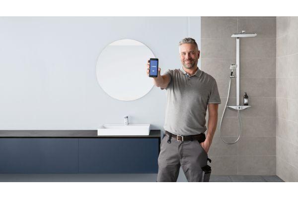 Bereit für smarte Installateure: Berührungslose Armaturen von Hansa lassen sich schnell installieren und via App an individuelle Kundenbedürfnisse anpassen.