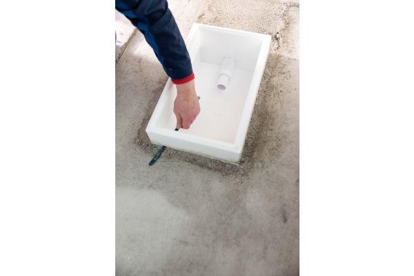 Die Installationsbox wird auf die benötigte Höhe zugeschnitten. Die Einbauhöhe kann zwischen 90 und 200 mm flexibel gewählt werden, eine Unterfütterung der Box ist nicht nötig.