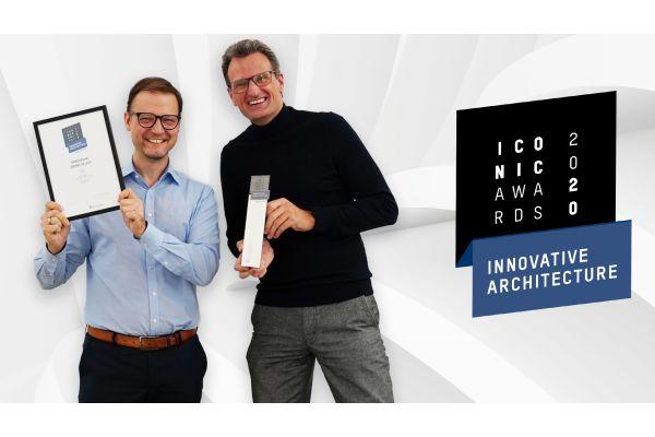 Marc André Palm, Head of Global Brand Marketing hansgrohe (links) und Jan Heisterhagen (rechts), VP Produktmanagement, Hansgrohe Group, freuen sich über die vierfache Auszeichnung von Hansgrohe-Produkten mit dem ICONIC AWARDS 2020.
