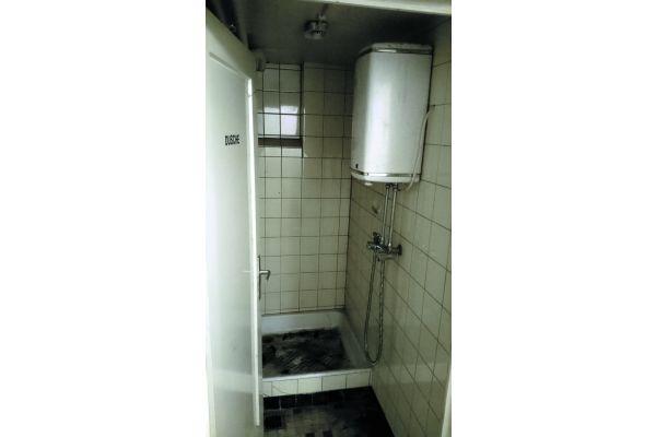 In kommunalen Einrichtungen herrscht ein teilweise erschreckender Investitions- und damit Sanierungsstau. Das Bild zeigt die Dusche in dem Spritzenhaus der Freiwilligen Feuerwehr einer Kleinstadt in Ostwestfalen.