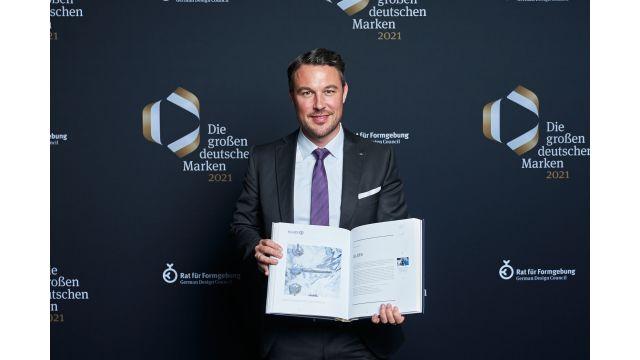 Das Bild zeigt Sebastian Biener mit dem Jahresband.