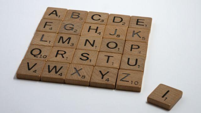Zu einem Viereck gelegte Scrabble-Steine.