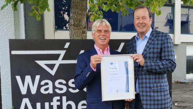 Das Bild zeigt JUDO Geschäftsführer Hartmut Dopslaff (r.) und Dieter Wollgardt (l.) bei der Übergabe der IHK Ehrenurkunde.