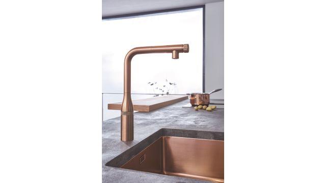 """Die neuen """"Essence SmartControl""""-Küchenarmaturen von Grohe überzeugen nicht nur durch ihre Technik, sondern auch durch ihr (Farb)Design. Ob im warmen, organischen Ton oder mit urbaner, architektonischer Oberfläche – sie machen an jeder Spüle eine gute Figur."""