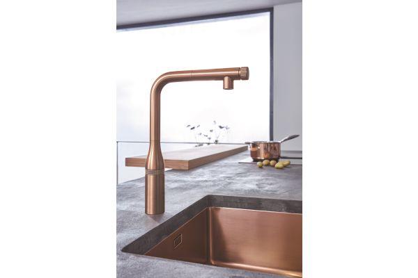 """Bild 1: Die neuen """"Essence SmartControl""""-Küchenarmaturen von Grohe überzeugen nicht nur durch ihre Technik, sondern auch durch ihr (Farb)Design. Ob im warmen, organischen Ton oder mit urbaner, architektonischer Oberfläche – sie machen an jeder Spüle eine gute Figur."""