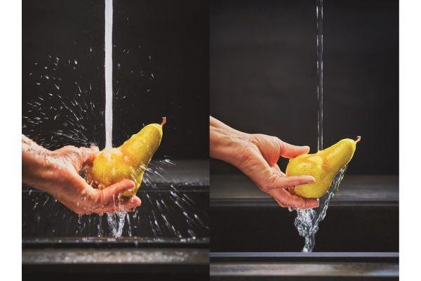Bild 2: Der weiche und flüsterleise Laminarstrahl von Franke reduziert das Spritzverhalten deutlich – für mehr Hygiene und Komfort bei der Küchenarbeit.