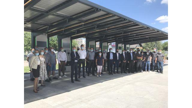 Eine Gruppe Menschen steht an der E-Tankstelle von Schneider Electric in Lahr.