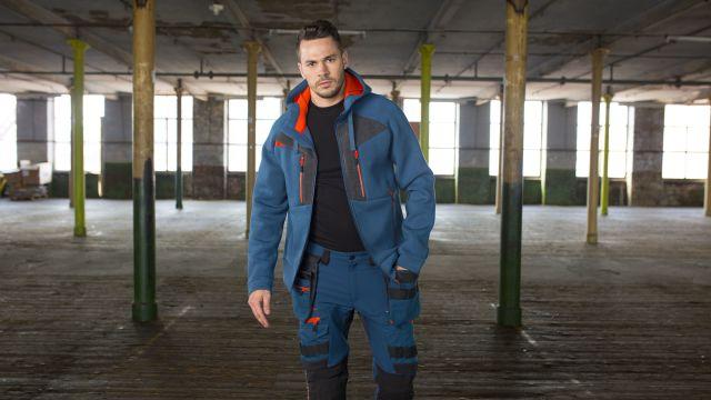 Ein Mann steht auf einer Baustelle.