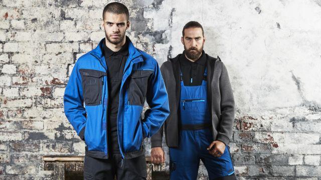 Zwei Männer in Arbeitskleidung.