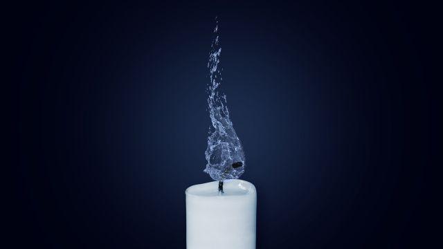 Eine Kerze mit Wasser anstelle einer Flamme.