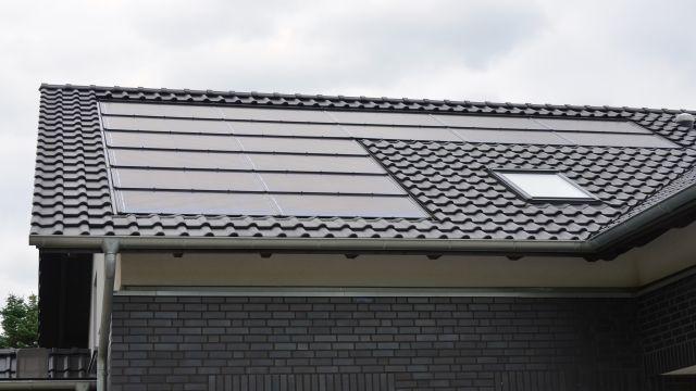 Ein PV-Modul auf einem Hausdach.