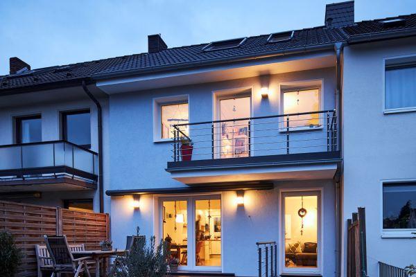 Schmuckes Wohnen am Stadtrand von Düsseldorf: Das energetisch ertüchtigte Eigenheim von Familie Kaiser hat auch einen großzügigen Garten, in dem die Kinder spielen können.