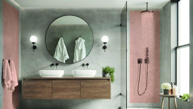 Een badkamer met wastafel, ligbad en douche.