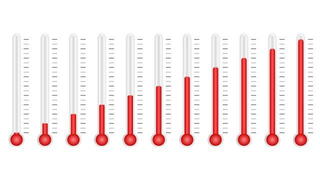 11 Thermometer nebeneinander, jedes mit einer anderen Temperaturanzeige.