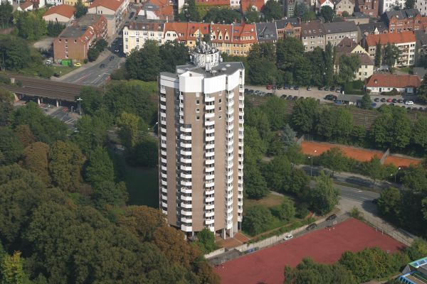 """Das """"Iduna Hochhaus"""" in Osnabrück: In den 1970er-Jahren wurden alle Wohneinheiten mit elektrischer Fußbodenheizung ausgestattet. Nach der energetischen Sanierung haben nun alle 128 Wohneinheiten die Möglichkeit, die Vorzüge einer Klimadecke nutzen zu können."""