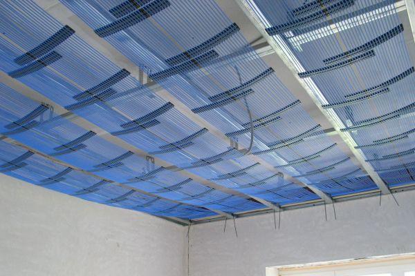 Die Klimadecke: Mithilfe der äußerst flachen und leichten Kapillarrohrmatten ist die Beheizung und Kühlung der Räume über die Decke möglich.