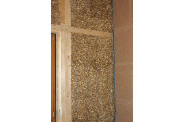 1.100 Strohballen stecken in den Holzelementen für die Wände, das Dach und die Bodenplatte.