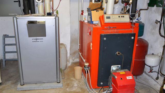 Eine geothermische Wärmepumpe und ein 100-KW-Ölkessel.