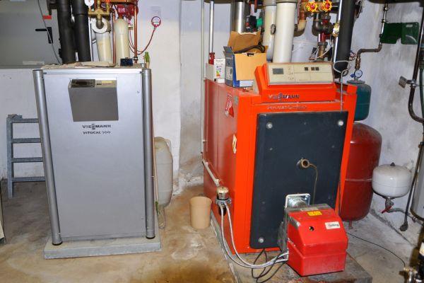 Eine geothermische Wärmepumpe (30 kW) und ein 100-KW-Ölkessel, beide Wärmeerzeuger von Viessmann, teilen sich die Beheizung des Klosters. Die Wärmepumpe ist für das Kirchenschiff zuständig, der Ölkessel für den Gäste- und Verwaltungstrakt.
