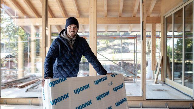 Das Bild zeigt Felix Neureuther auf der Baustelle.