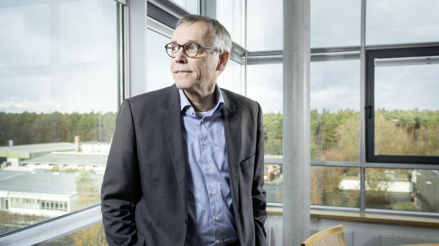 Bild von Ole Møller-Jensen an einem Fenster.