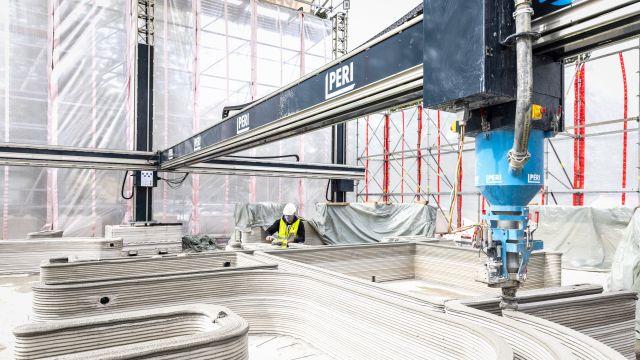 Bild vom Druckvorgang im Inneren des ersten 3D-gedruckten Wohnhaus in Deutschland.