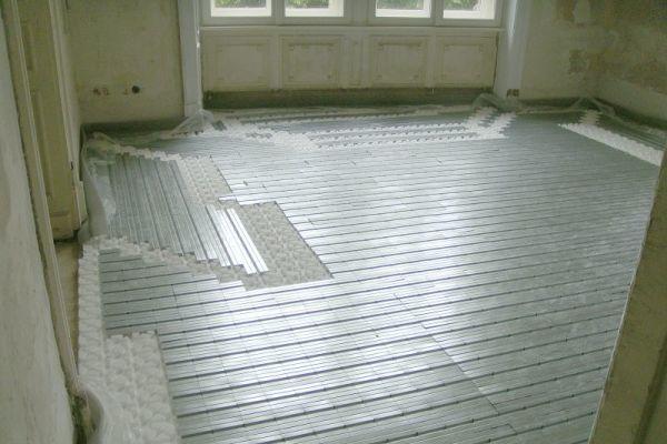Das Roth Trockenbausystem für die Fußbodenheizung gewährleistet eine zeitsparende Verlegung und ermöglicht Flexibilität in der Gestaltung, auch bei schwierigen Raumsituationen.