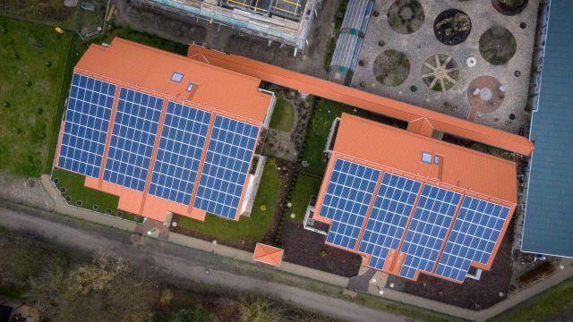 Zwei Photovoltaik-Anlagen auf zwei Häusern von oben.