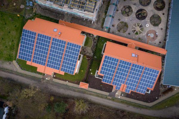Mittels Photovoltaik über alle Hausdächer hinweg wird eine Stromerzeugung von 500.000 Kilowattstunden pro Jahr sichergestellt.