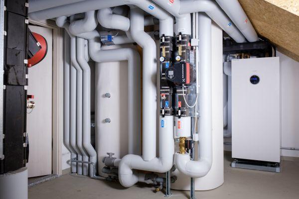 """Je nach Außentemperatur werden alle Gebäude mit insgesamt sieben Sole/Wasser-Wärmepumpen """"Supraeco T 380-2"""" beheizt und mit Kühlstationen passiv gekühlt. Die Erdwärme wird in Pufferspeichern zwischengespeichert sowie an die Übergabestationen, die jeweils in den Wohnungen stehen, abgegeben."""