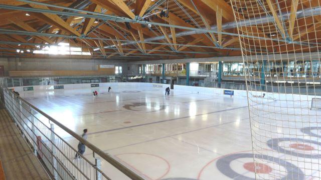 Blick in eine Eissporthalle.