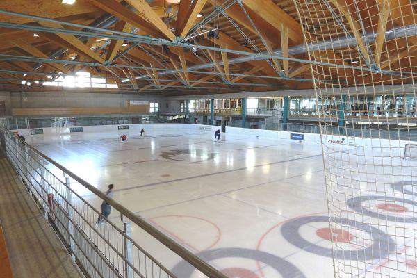 Blick in die heute ganzjährig genutzte Eissporthalle: Sie ist Anziehungspunkt für Touristen, Freizeitsportler und Vereine.