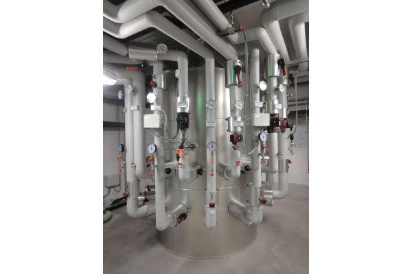 """Fünfstufige """"Zortström""""-Lösung: Erst das Sammel-, Speicher- und Verteilzentrum aus Hohenems ermöglichte eine effiziente Nutzung der (Abwärme-)Niedertemperaturenvaus der Eisproduktion."""