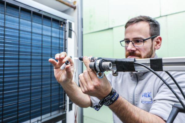 Um alle relevanten Kennzahlen ermitteln zu können, braucht es spezielle technische Ausrüstung: Laboringenieur Manuel Grimm vom HLK Stuttgart bereitet einen Feuchtigkeitssensor vor.