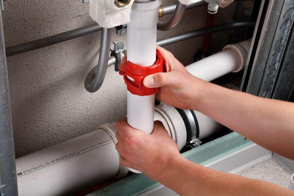 Auch bereits verlegte Rohre lassen sich mit dem kompakten Rohrabschneider einfach trennen.