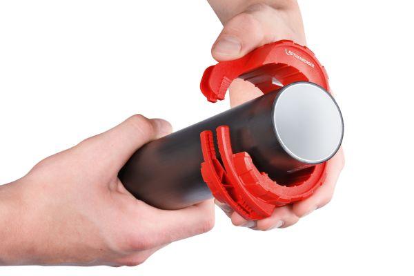 Der Rohrabschneider wird beim Einsatz am Scharnier aufgeklappt und um das zu trennende Rohr gelegt.