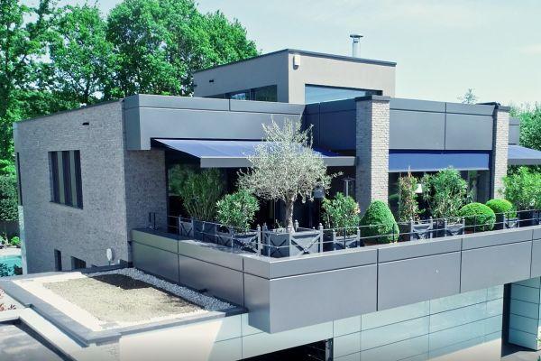 Sole/Wasser-Wärmepumpe heizt und kühlt ein Architektenhaus