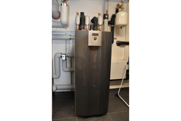 """Die Erdwärmepumpe alpha innotec-""""alterra SWC"""" mit knapp 19 kW Heizleistung realisiert eine Jahresarbeitszahl von 4,5. Geheizt wird in der kalten Jahreszeit über die Fußbodenheizung, im Sommer schaltet das System auf Kühldecken um. Die Wärmepumpe selbst läuft dabei im hocheffizienten Modus der passiven Kühlung – sprich: nur die Umwälzpumpe für die Soleförderung ist im Kühlfall in Betrieb."""