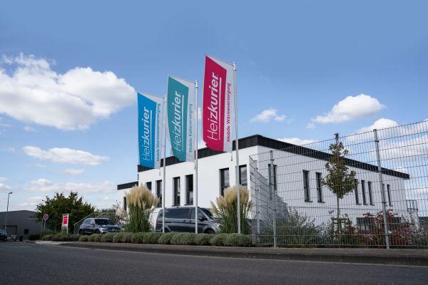 Die Heizkurier GmbH, einer der führenden Anbieter im Bereich Vermietung und Verkauf mobiler Wärme- und Kältelösungen, ist in den letzten Jahren stark gewachsen. Inzwischen arbeiten über 80 Mitarbeiter an bundesweit sechs Standorten bei Heizkurier.