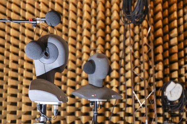 Um den Ton unter Realbedingungen aufzuzeichnen, verwendet das Team Kunstköpfe. Hier wird im Halbfreifeldraum des Fraunhofer IBP in Stuttgart gemessen. Die Kunstköpfe werden in einem Meter Abstand zur Split-Luft/Wasser-Wärmepumpe aufgestellt.
