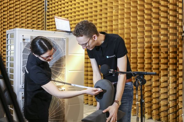 Toningenieur Benjamin Müller und Psychologin Lisa-Marie Wadle realisieren die Messungen.