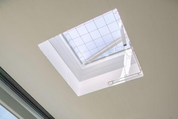 Automatisch geöffnete Lichtkuppel an der obersten Stelle des Sicherheitstreppenraums.