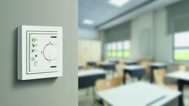 Ein KNX VOC-Sensor an einer Wand.