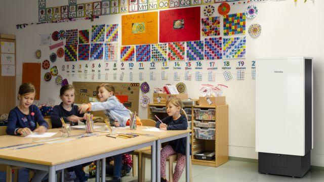 Das Bild zeigt den Miele-Luftreiniger in einem Klassenraum.